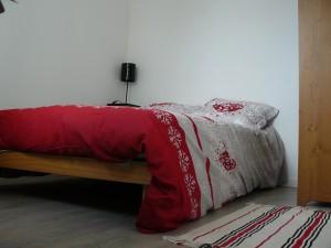 Un lit double et une armoire