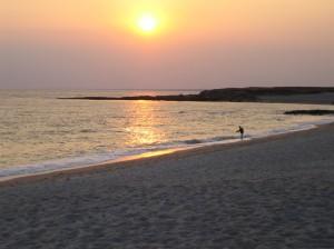 Une grande plage de sable fin et blanc.